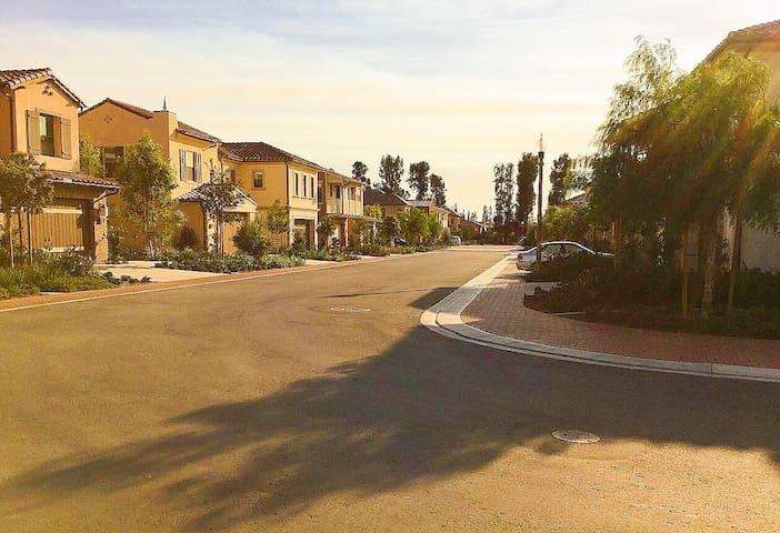加州尔湾豪华别墅次卧,有独立卫生间、衣帽间,欢迎赴美生子、工作的你。10月份空出!