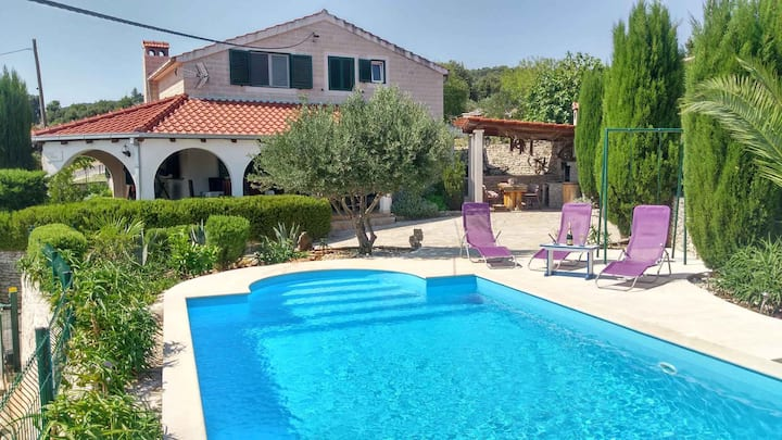 House for 7 persons with pool in Škrip R30139