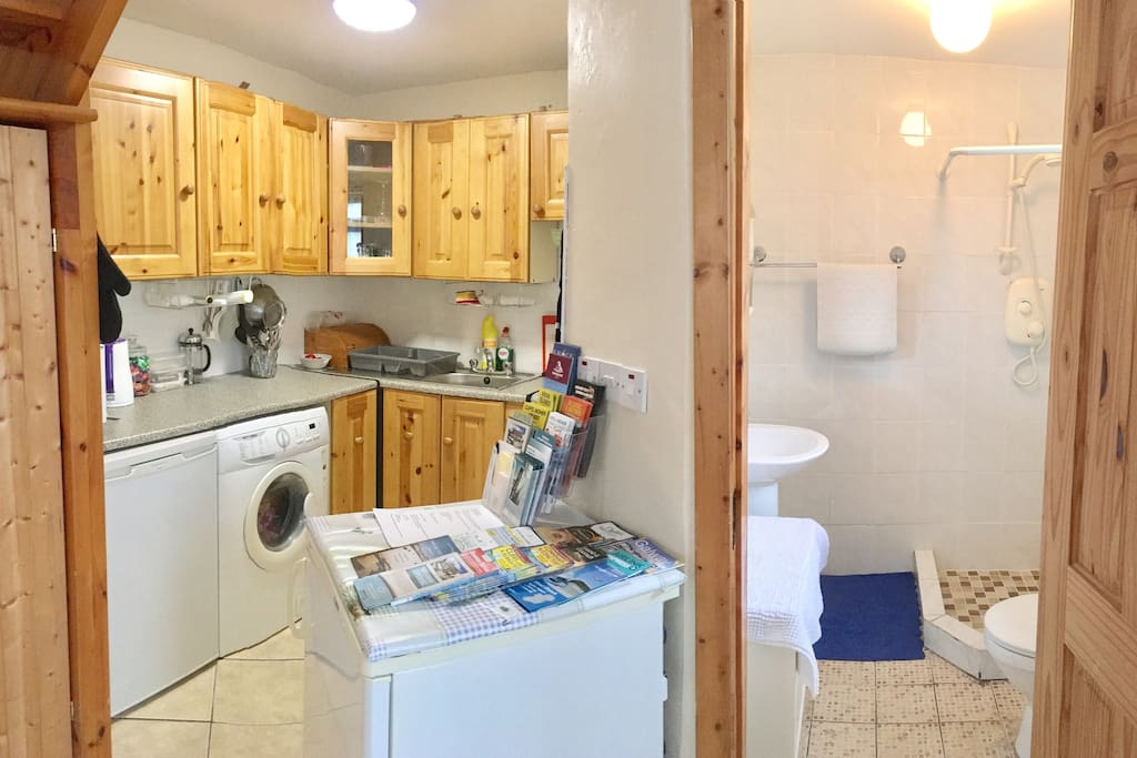 Fully equipped kitchen: fridge, freezer, oven, microwave, kettle, coffee press, toaster, ample pots and pans, cupboards are stocked with dry goods, fridge will have juices, milk, bread, cheese and a few extras. Amole brochures of the local attractions are also present.