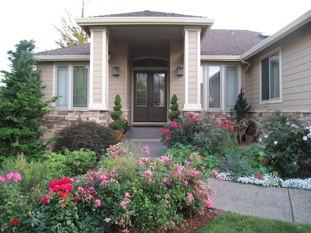 Private, warm, spacious in upscale SE Portland! - Happy Valley