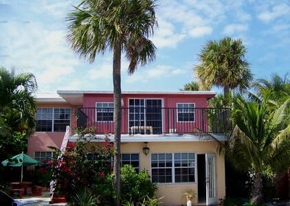 Danielle's Beachside Getaway - 로더데일바이더씨(Lauderdale-by-the-Sea)