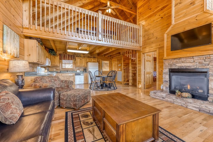 Spacious log cabin w/ amazing mountain vistas & a private hot tub