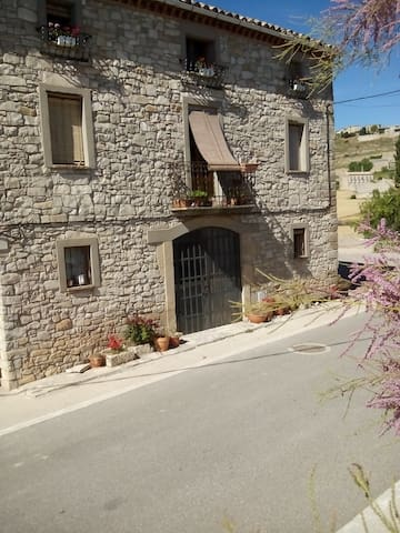 Renovated farmhouse with views 110km frm Barcelona - Forès - Pension