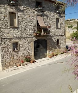 Renovated farmhouse with views 110km frm Barcelona - Forès - Gästehaus