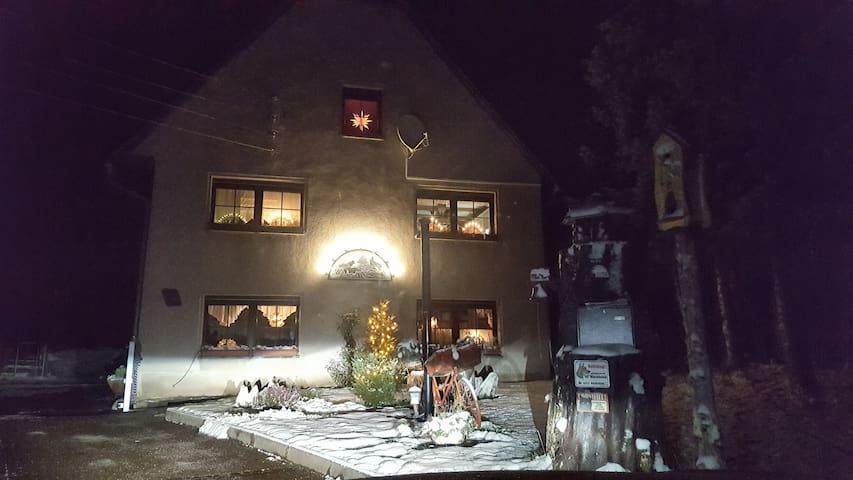 Winteransicht vom Haus.