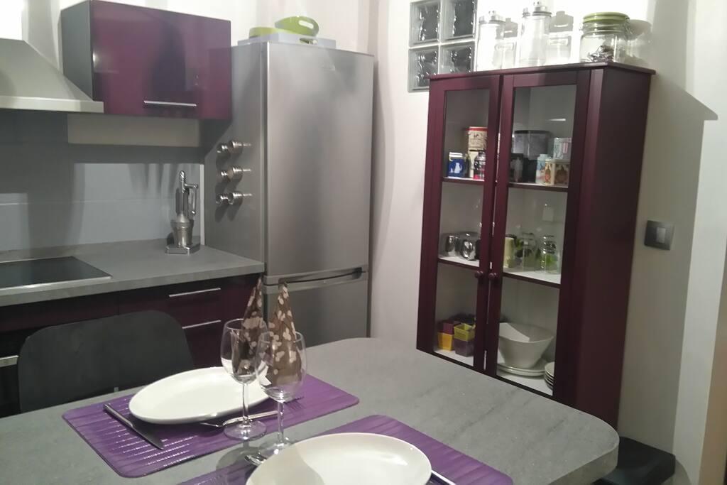 Cuisine ouverte avec four combiné micro-ondes, plaque à induction et lave-vaisselle