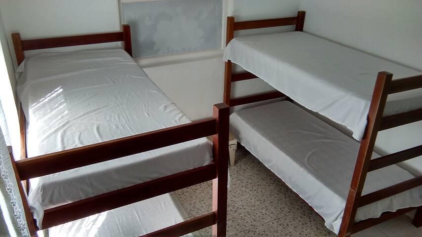 Quarto 1 compartilhado (2 beliches) - Camburí - Apartamento