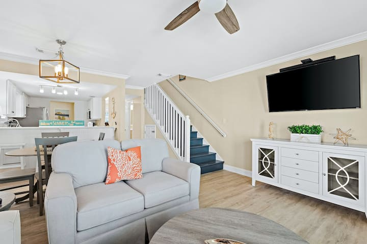 Gulf-Front Family Home w/ Free WiFi, Central AC, Private Washer & Dryer, Balcony