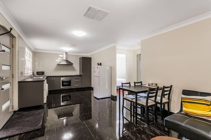 Entire Home with free covered carpark in Murdoch