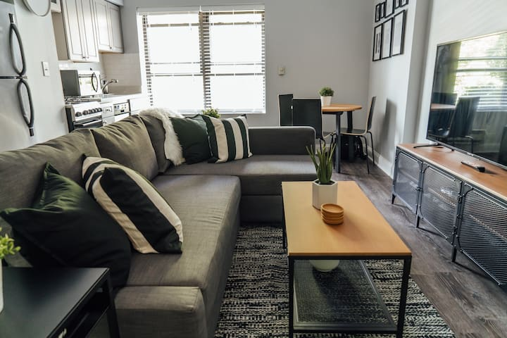 🏡$1750 April Deals! Stunning 1BR Condo | Downtown