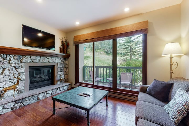 Relaxing ski-in/out condo w/ balcony, fireplace, WiFi, W/D & shared hot tub/pool