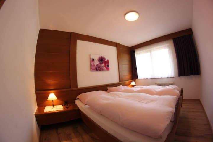 Schlafzimmer für 2 Personen mit Doppelbett
