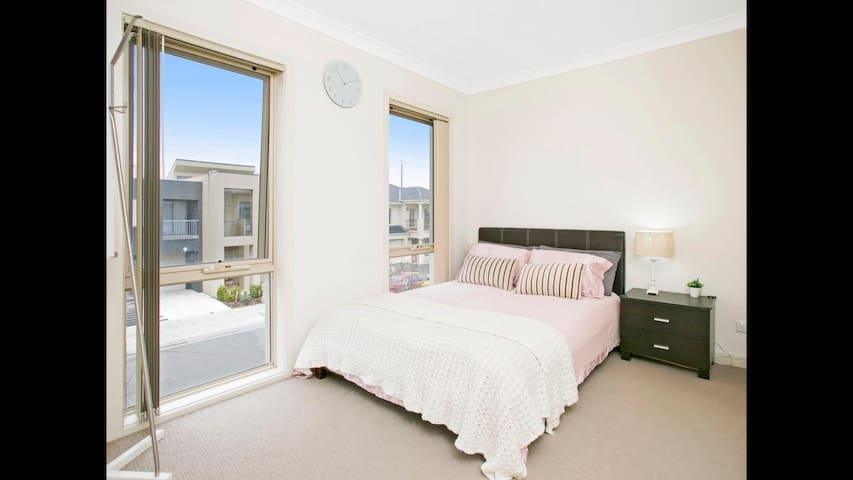 Private room in a new house - Mawson Lakes - บ้าน