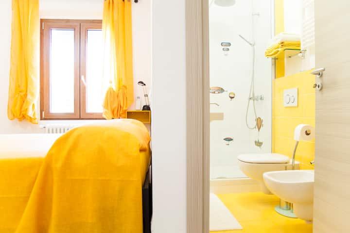 "a dù passi ""yellow room"""