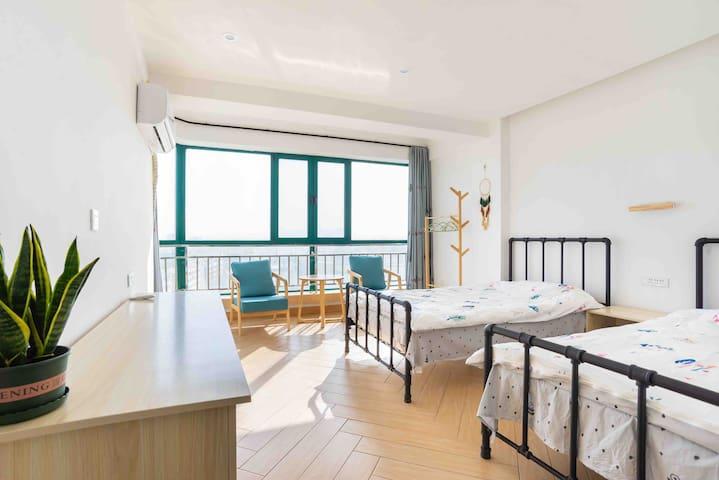电梯观景公寓、有地暖、三个卧室均有独立卫生间、敦煌小镇对面