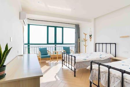 电梯观景公寓、三个卧室均有独立卫生间、敦煌小镇对面
