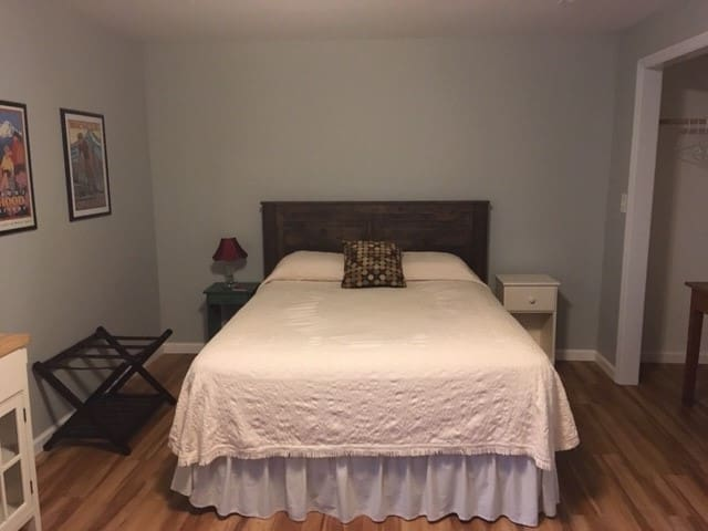 Private Bedroom(s)/Bath - walking distance to VT