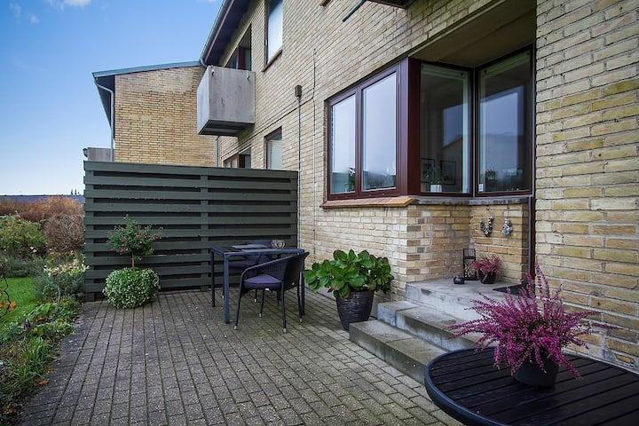 Hyggelig lejlighed med stor terrasse