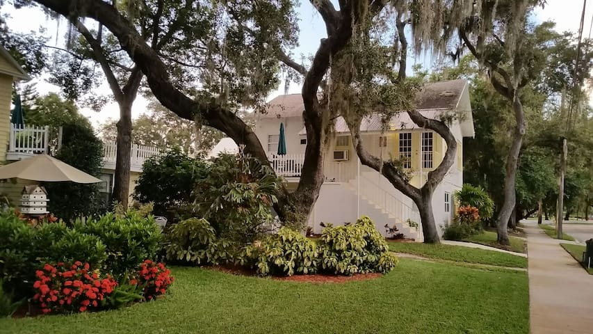 Cozy Carriage House at Spring Bayou - Tarpon Springs - Appartement