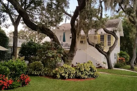 Cozy Carriage House at Spring Bayou - Tarpon Springs - Lägenhet