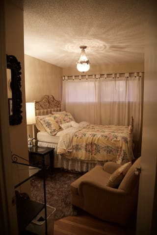 Quiet & Cozy Room Close to Downtown, Shared Bath