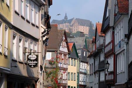 2 ZKB,Idyllisches Fachwerkhaus, Zentral mit Garten - Marburgo