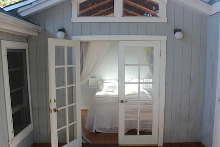 Beachy Downtown Cottage - Santa Barbara - Bungaló