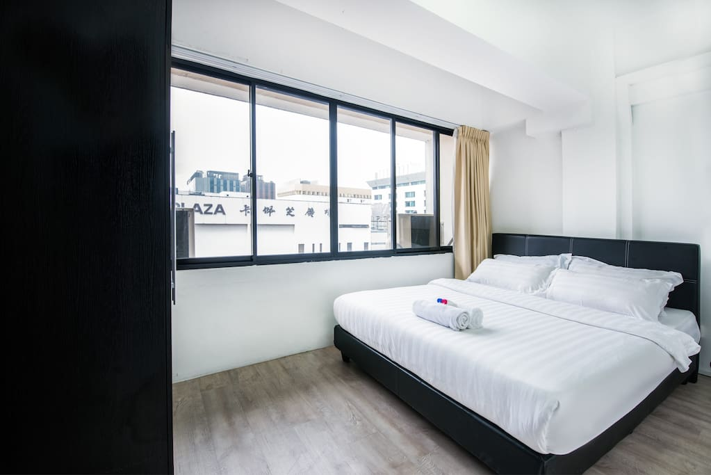 Wardrobe in the bedrooms as well as a pleasant street/city view. Looks out to Cuppage Plaza, a Japanese-influence shopping mall offering a wide variety of bars, KTVs and restaurants.