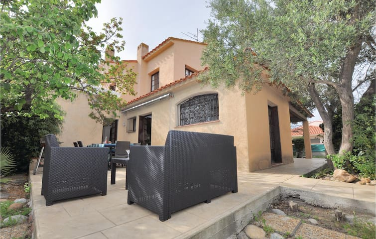 Stunning home in Canet Plage with 3 Bedrooms and WiFi