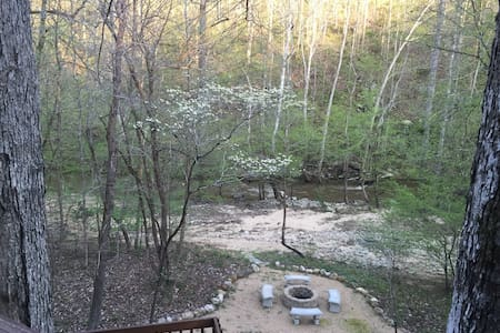 Private Retreat on Morgan Creek, Walk to Campus! - Chapel Hill - Maison