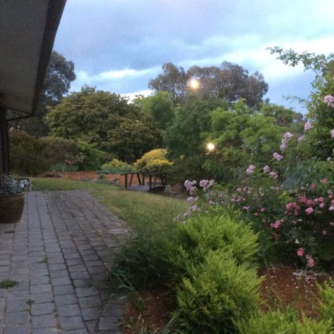 Views and peace close to Erindale - Monash - House