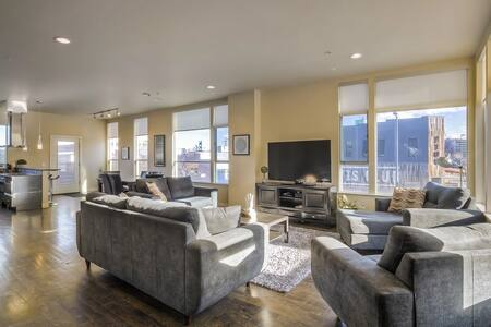 Luxe 3 Story Loft Rooftop Deck City Views! - Denver