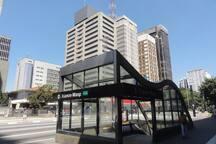 Estação de metrô. Subway station. (200 mts)