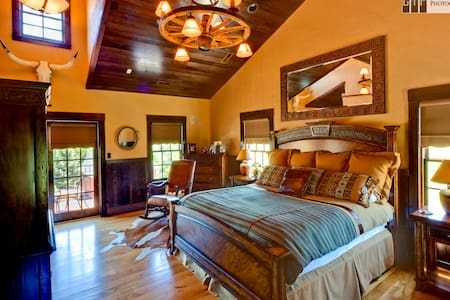 Sundance Suite | King Suite - Rockton - Bed & Breakfast