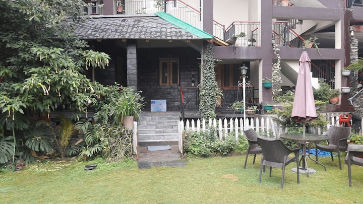 Nandinis lush green  /ivy cottage/ couple friendly