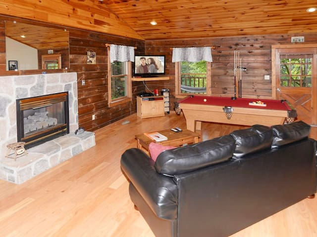 Cozy Quiet Cabin, 1 mile Sevierville Convention