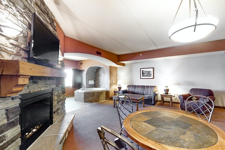 Family-friendly condo w/shared hot tub, washer/dryer, free WiFi, and jetted tub
