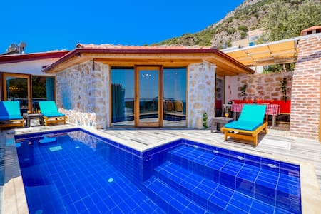 Luxury villa with sea view close to the center