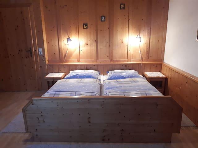 Eines der beiden Schlafzimmer der Feienwohnung Jochalm