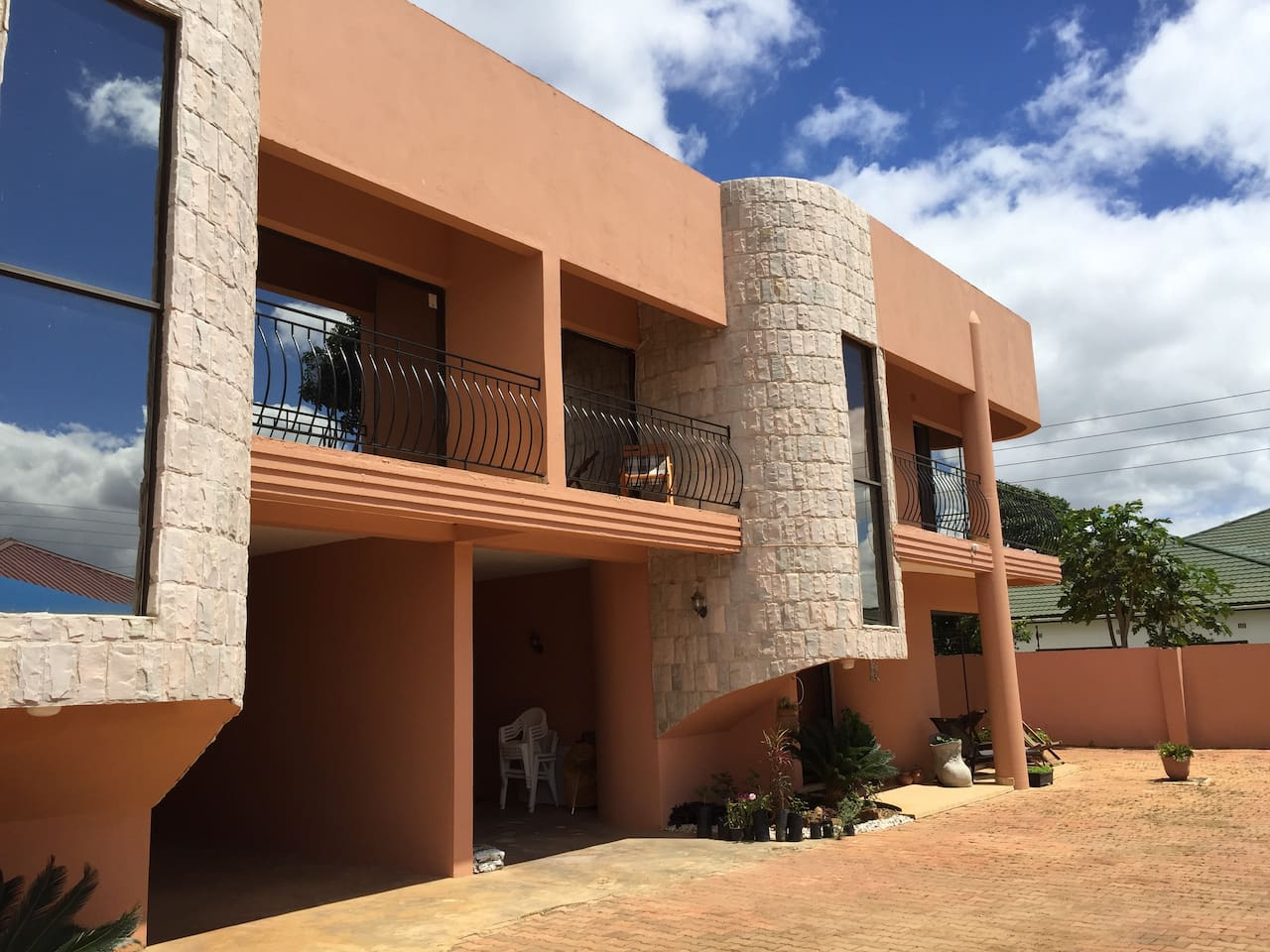 Beautiful modern 4 bedroom apartments off Kafue Rd very close to shopping malls and minutes from Town. All modern conveniences available.
