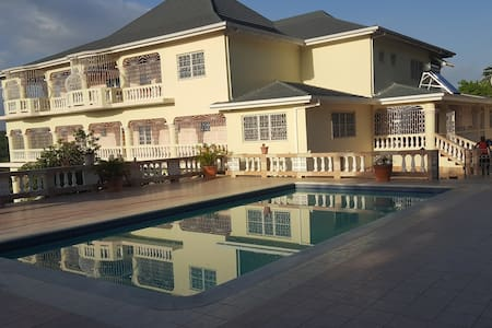 B & M executive mansion - Runaway Bay