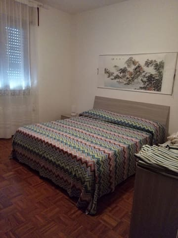 Big bedroom with quin-mattress in - Castelfranco Veneto - บ้าน