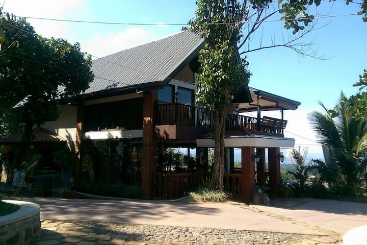 Tala Rest House with Pool & Stunning Views - Orani - Vacation home