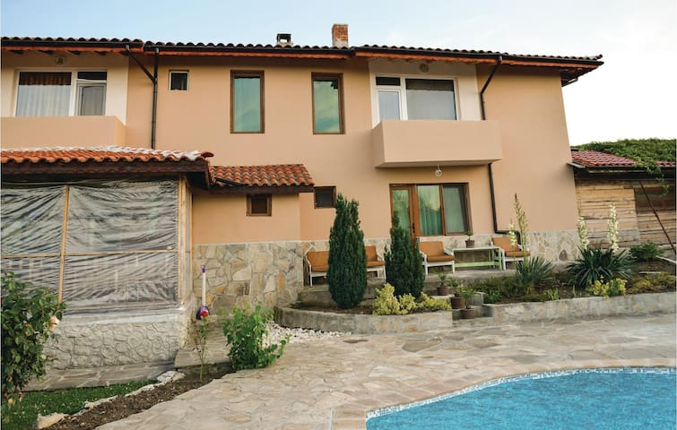Holiday cottage with 8 bedrooms on 240m² in Lozenets