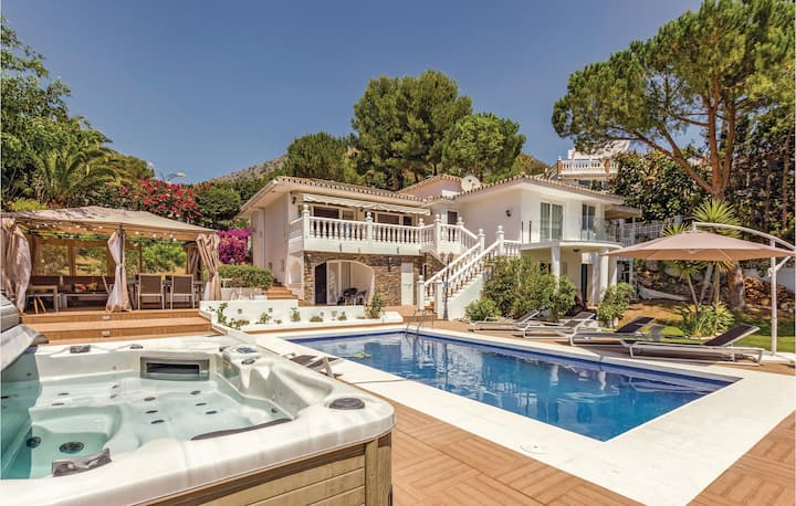 Beautiful home in Benalmadena Costa with WiFi, Outdoor swimming pool and 4 Bedrooms