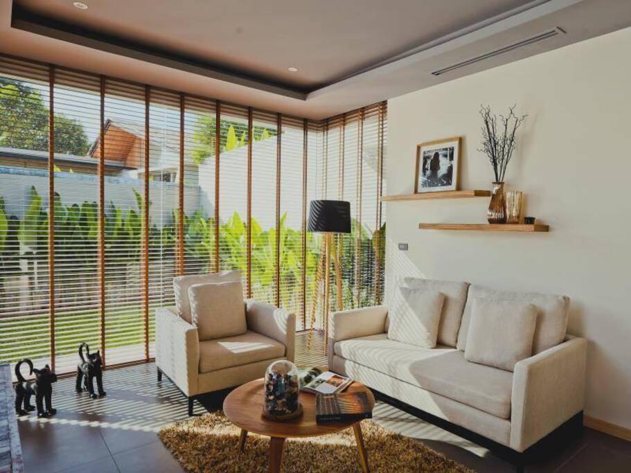 全部进口意大利建材;全落地窗、 通透时尚的客厅