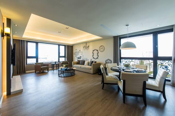 景觀豪華公寓(8樓)適合4-8人住宿,搭車5分鐘到101大樓,室內180平方公尺大空間