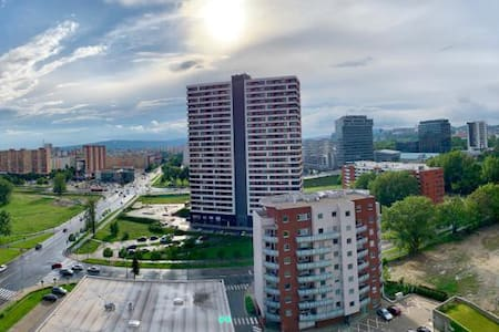 Modern apt, nice view and a walk to city centre.