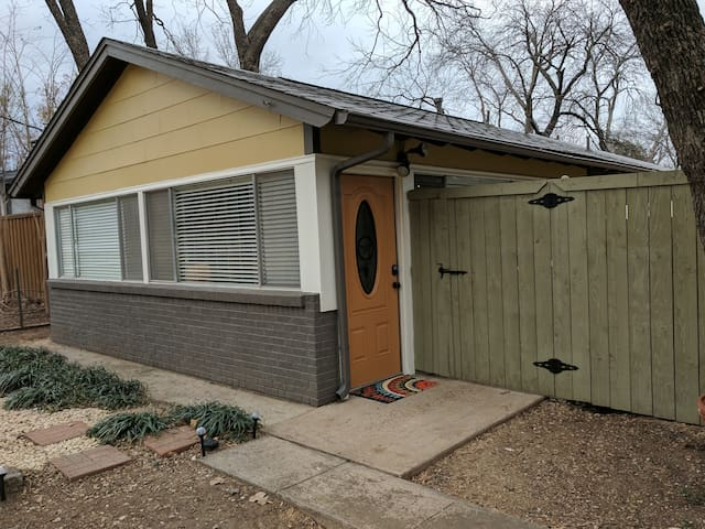 1 bed/1 bath - Cottage 1 block by Lake Grapevine