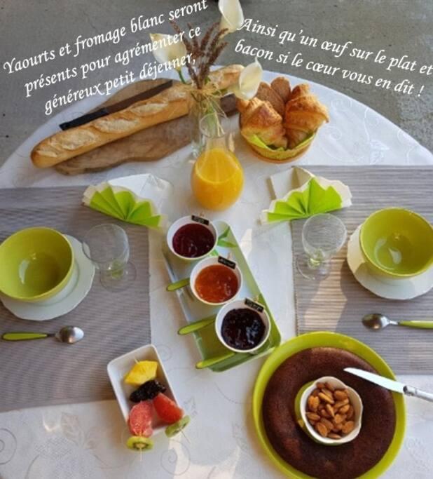 Petit déjeuner à la carte : boissons chaudes, jus de fruits et laitage sont accompagnés de pain frais, croissants, confitures maison, brochettes de fruits, fruits secs, oeufs/bacon.